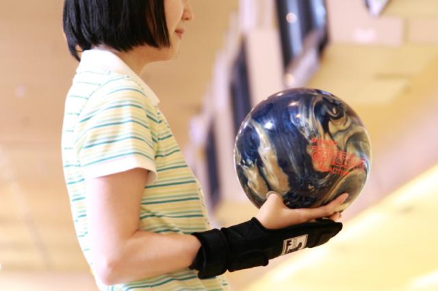 人の頭とボウリングの球の重さは同じ